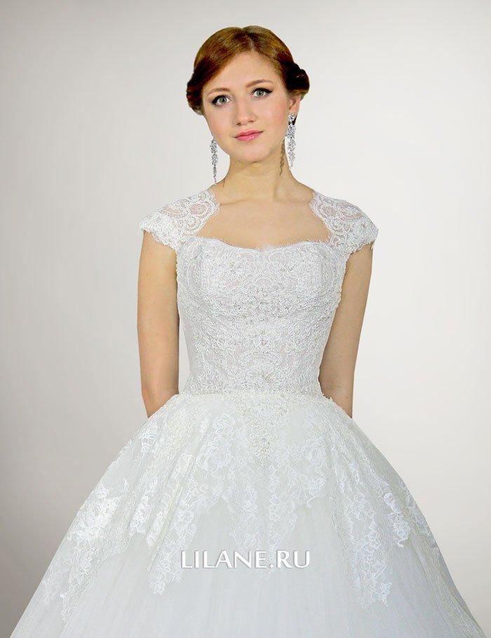 Закрытые плечи кружевного пышного свадебного платья Nora