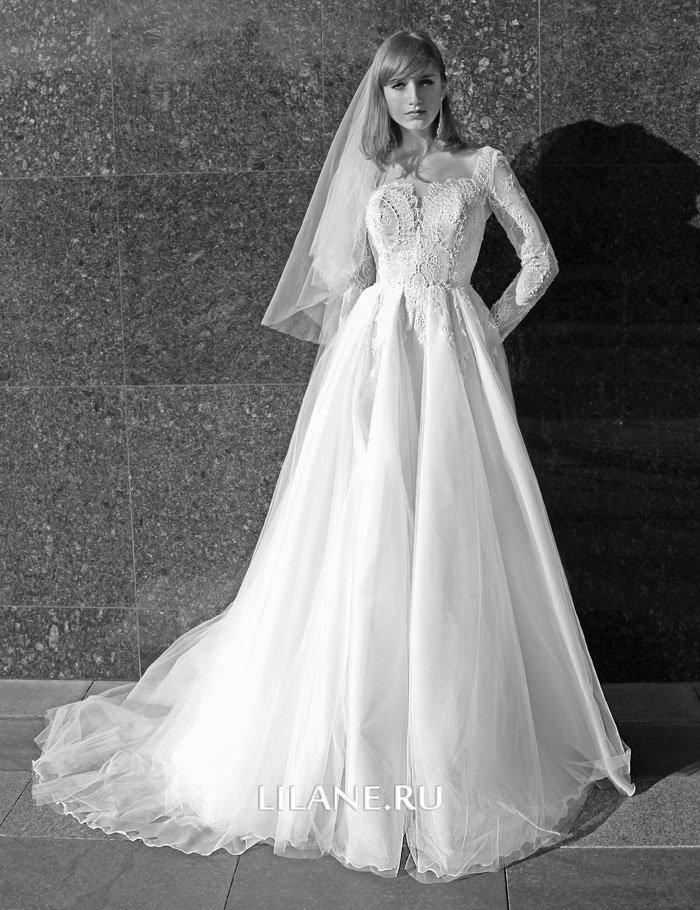 глубокий вырез декольте пышного свадебного платья Valensiya